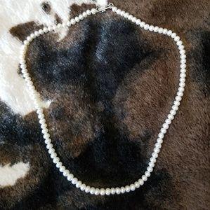 NEVER WORN Mini pearl choker necklace